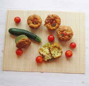 Muffin con pomodorini, zucchine e formaggio
