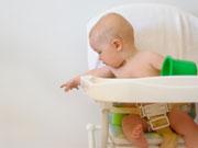 Perch i bambini buttano per terra gli oggetti? Neonato