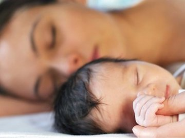 Le neomamme dormono molto meno dei neopapà
